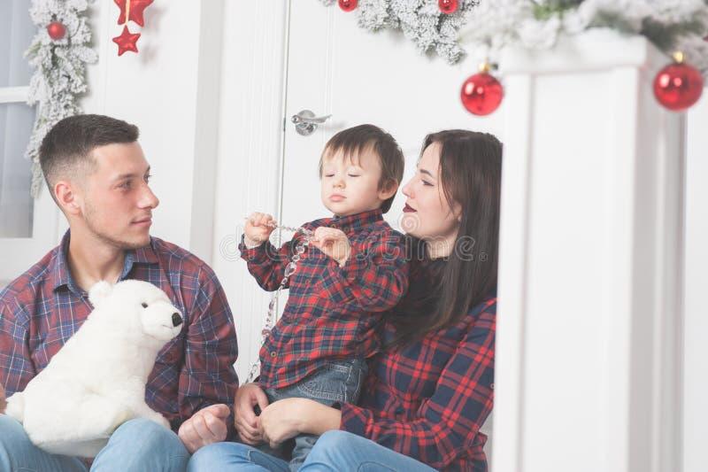 Vader met teddybeerstuk speelgoed moeder met leuk kind op portiek van CH stock fotografie