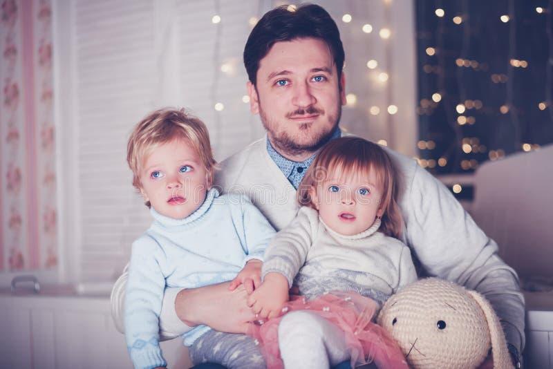 Vader met tweelingen royalty-vrije stock fotografie