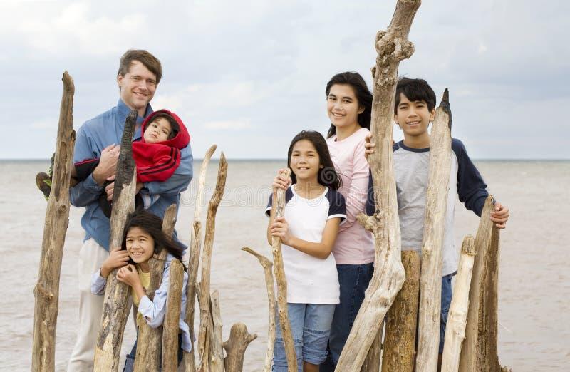 Vader met vijf kinderen door meer stock afbeeldingen