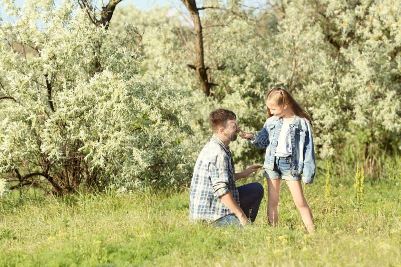 Vader met weinig dochter het besteden tijd samen in park royalty-vrije stock fotografie