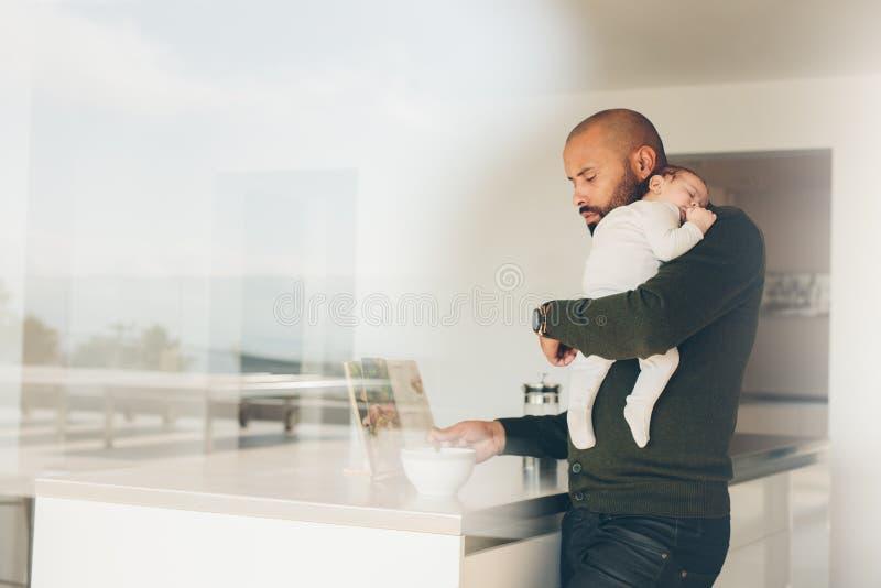 Vader met weinig jongen in keuken kokend voedsel stock afbeelding