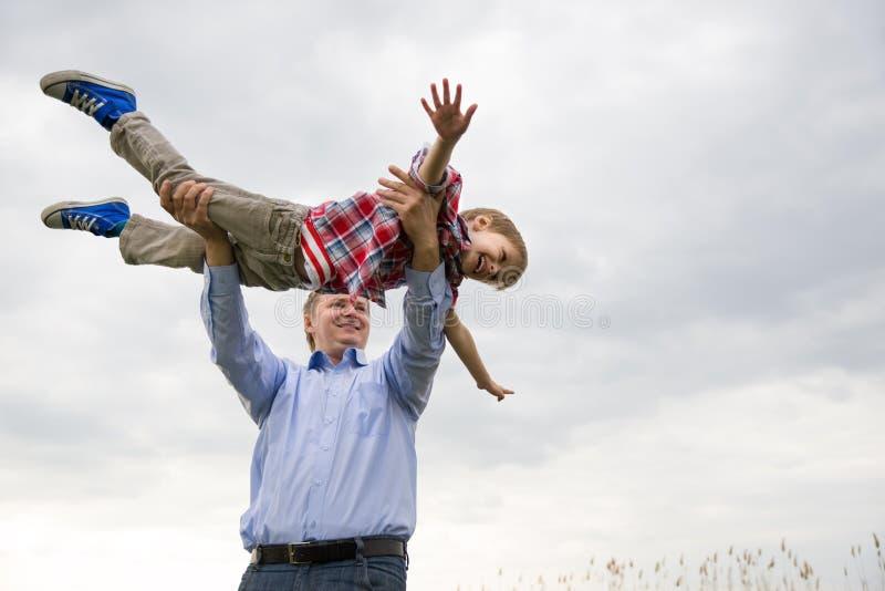 Vader met zoon stock afbeeldingen