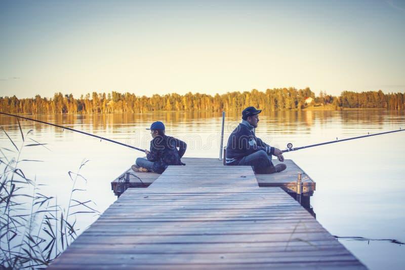 Vader met zoon visserij stock afbeeldingen