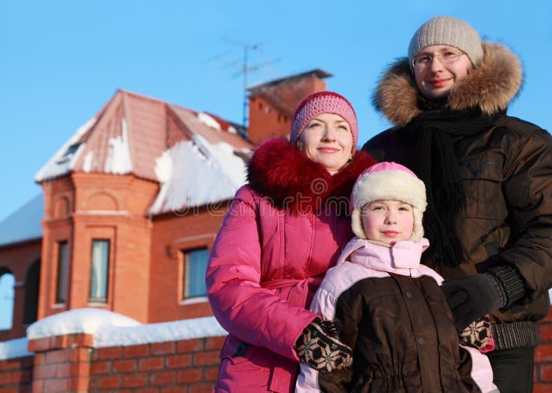 Vader, moeder en dochter die zich in openlucht bevinden royalty-vrije stock foto