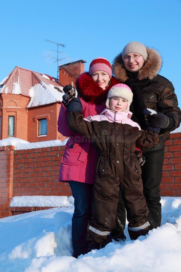 Vader, moeder en dochter die zich in openlucht bevinden stock foto