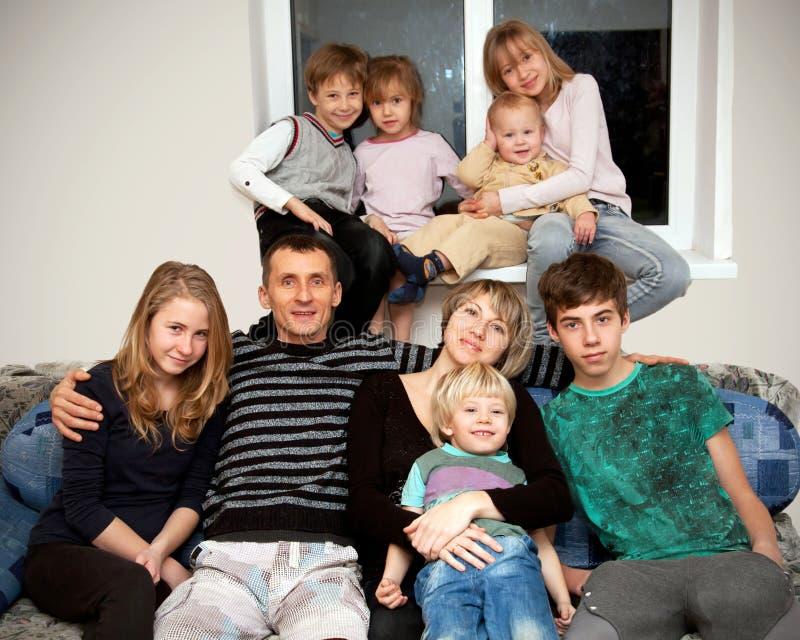 Vader, moeder en zeven kinderen thuis. royalty-vrije stock foto's