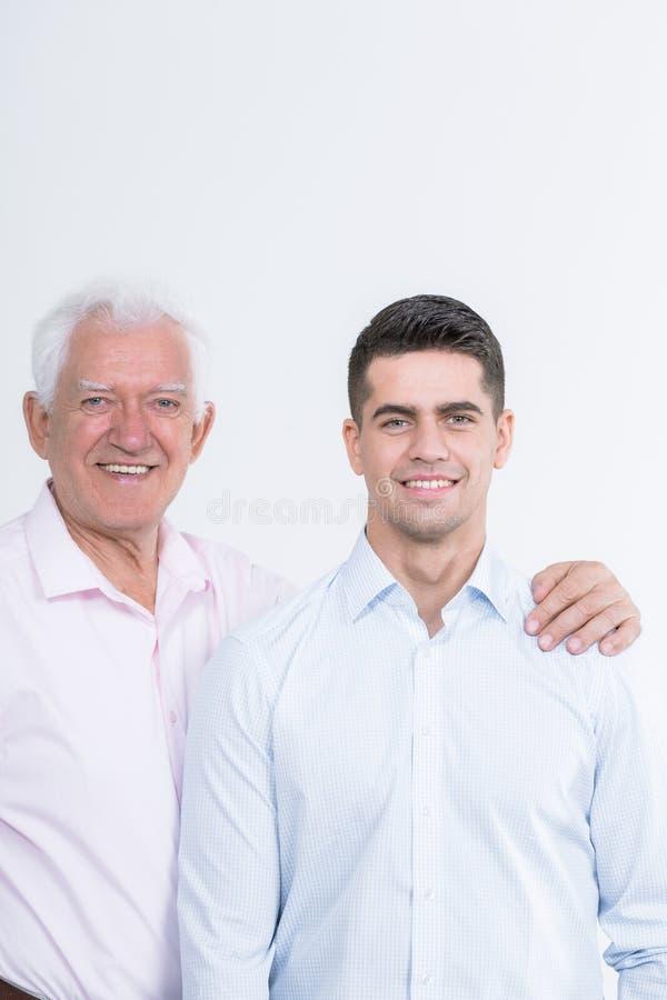 Vader ondersteunend zijn zoon stock afbeeldingen