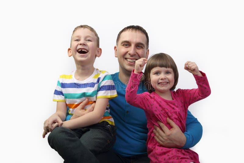 Vader wiyh kinderen op grijs stock fotografie