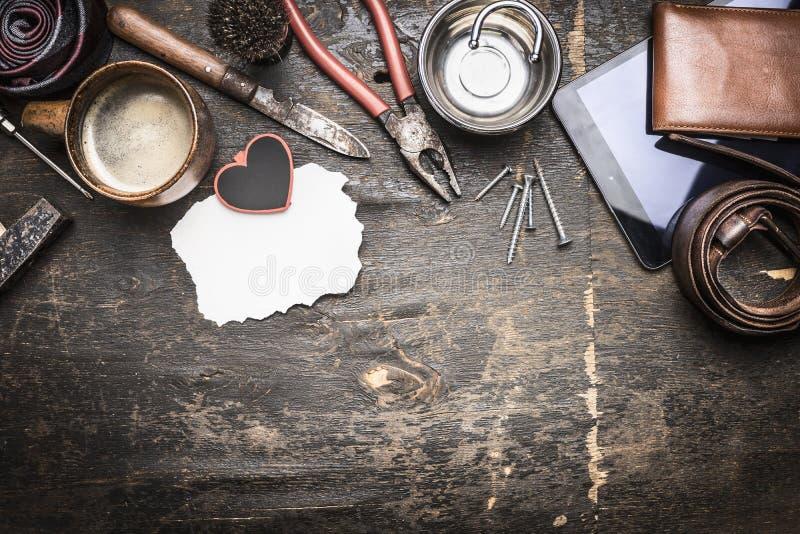 Vaderdag, de dingen van mensen, buigtang, een kop van koffie, leerportefeuille, die mes, plaatstekst vouwen stock afbeelding