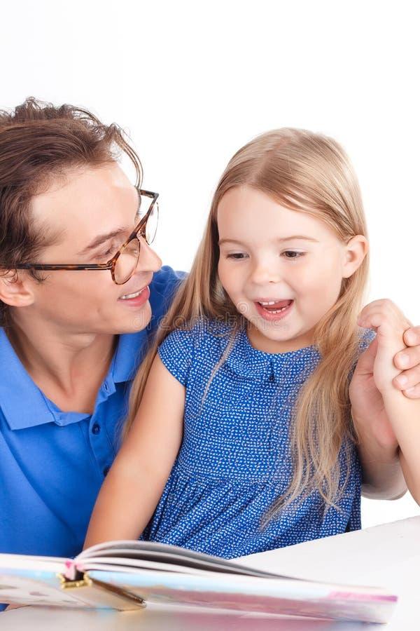Vaderlezing met zijn dochter royalty-vrije stock fotografie