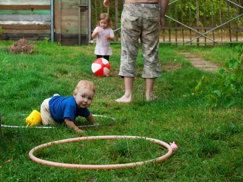 Vaderspelen met kinderen in diverse spelen stock foto's