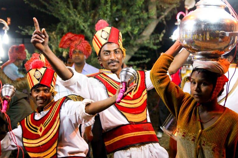 Vadodara, Индия - 20-ое июля 2018: традиционные индийские танцоры на богатой состоятельной современной индийской свадьбе усмехаяс стоковая фотография