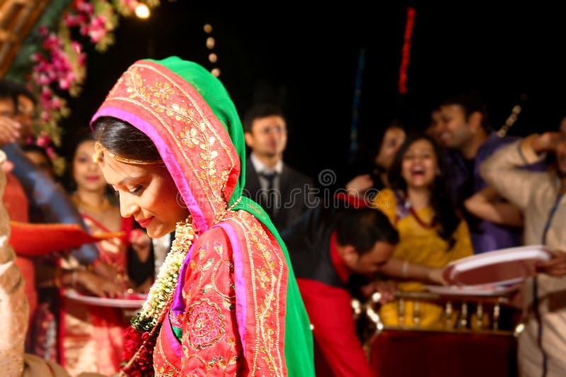 Vadodara, Inde - 20 juillet 2018 : moment pendant la célébration du mariage indien luxuriant traditionnel avec le prêtre et le ma image libre de droits