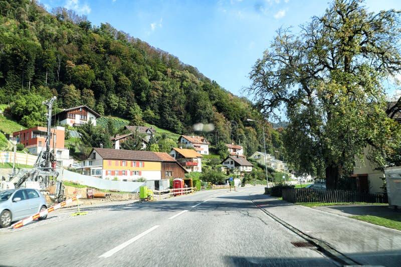 Vaduz, Liechtenstein - 19 septembre 2018 : Vue de ville de la fenêtre d'une voiture mobile Voyage par la route en Europe images libres de droits