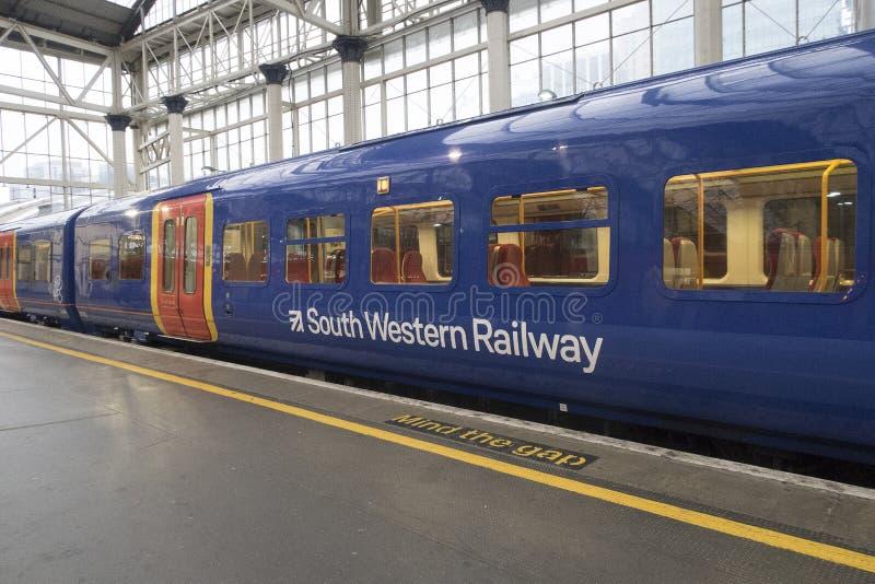 Vagão azul da estrada de ferro ocidental sul que espera na estação de Liverpool pela partida fotos de stock