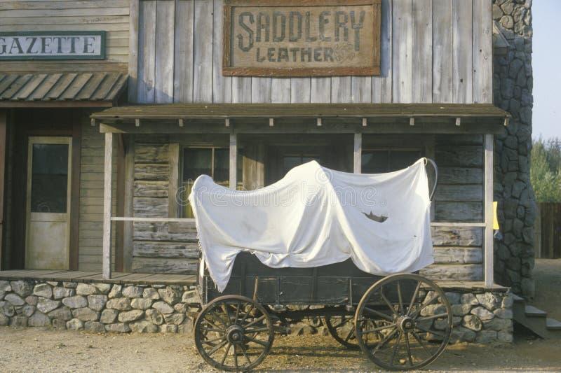 Vagão coberto na frente da loja do artigo de correeiro foto de stock
