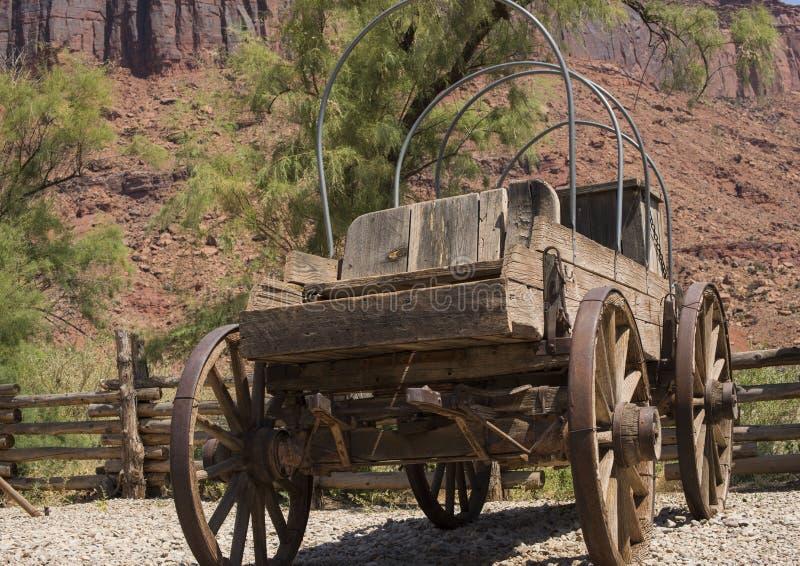 Vagão de madeira do stagecoach do vintage dos dias pioneiros americanos fotografia de stock royalty free