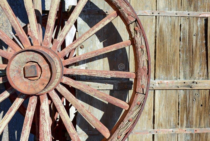Vagão de madeira do vintage e roda spoked imagens de stock