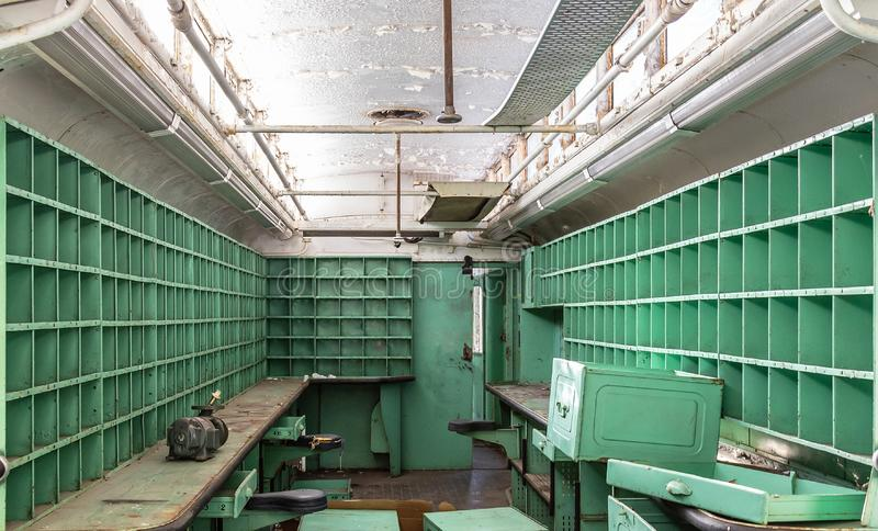 Vagão do cargo oxidado abandonado damage arruinado prateleiras fotos de stock royalty free