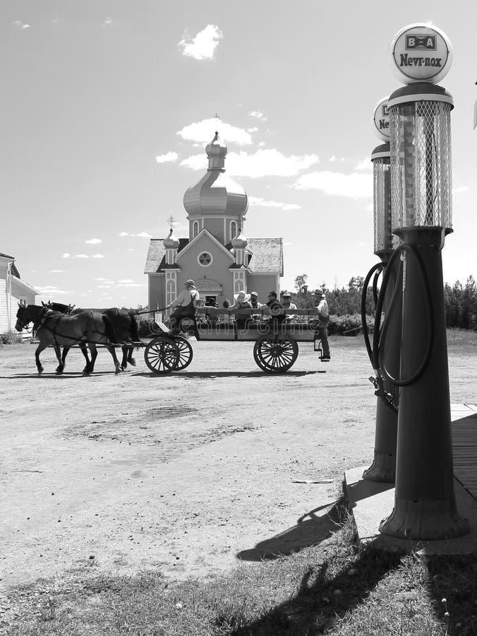Vagão do cavalo na frente da igreja fotografia de stock royalty free
