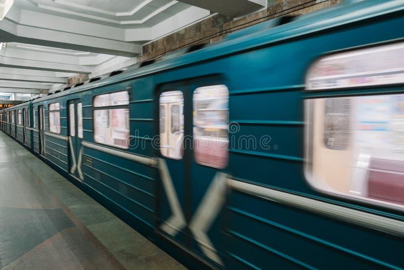 Vagão do metro no movimento na alta velocidade, Kharkiv, Ucrânia fotografia de stock royalty free