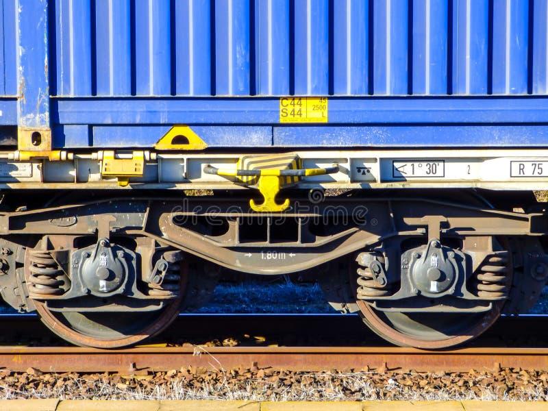 Vagão do recipiente do azul do trem de mercadorias imagens de stock