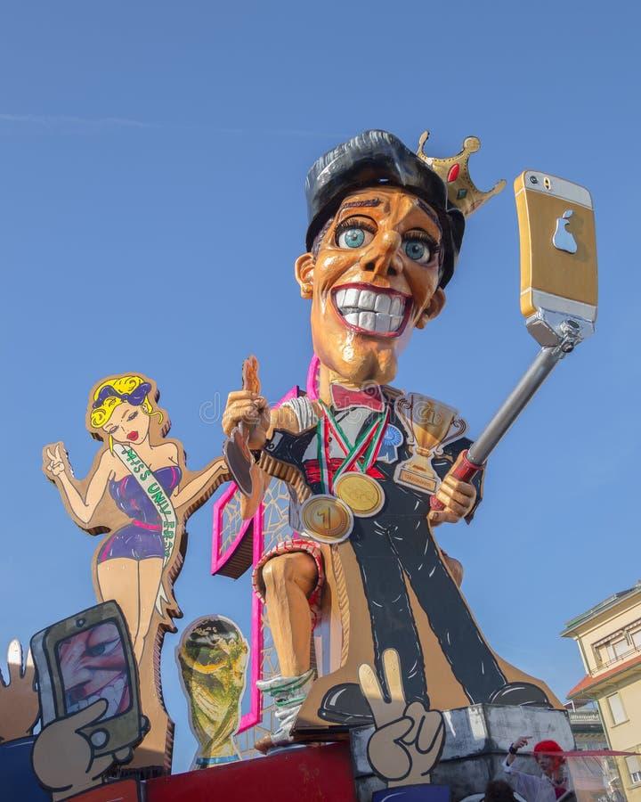 Vagão - o vencedor é Quem ganha não conhece o que é perdido no carnaval de Viareggio, Toscânia, Itália imagens de stock royalty free