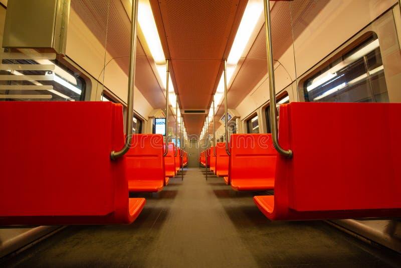 Vagão vazio do metro com assentos vermelhos imagens de stock