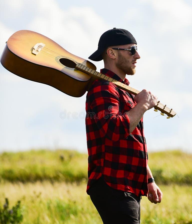 Vagabond Humeur pacifique Chanson de randonnée Musicien à la recherche d'inspiration Unis dans la nature Inspirer la nature photo libre de droits