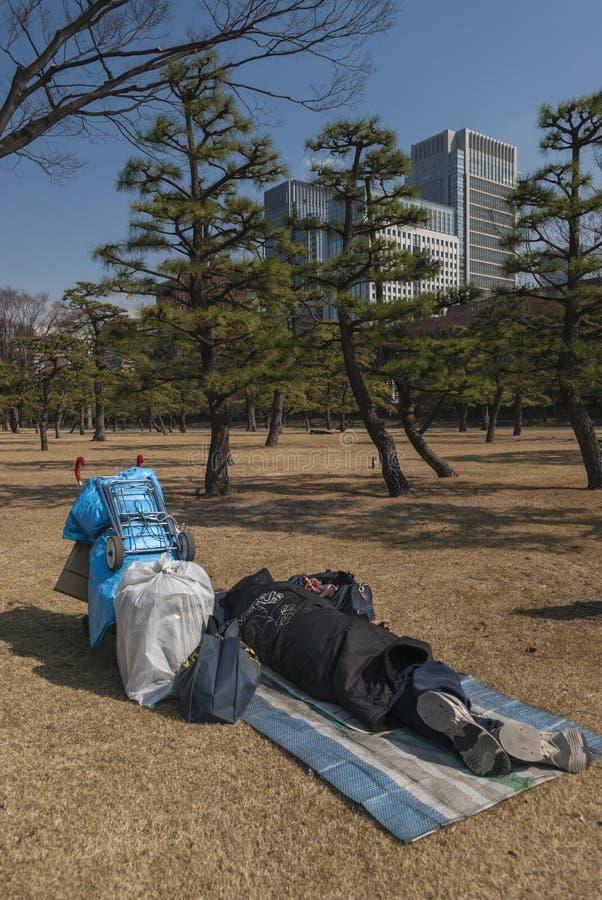 Vagabonds en parc dans le secteur de Nijubashimae de Tokyo, photos libres de droits