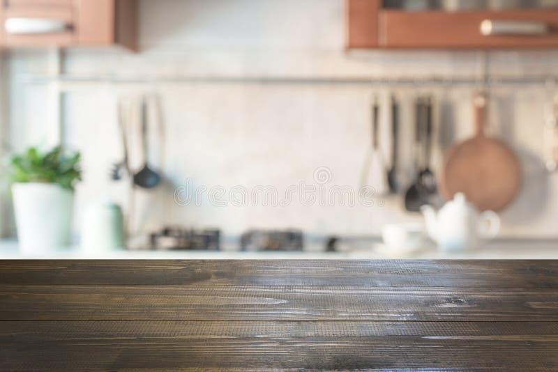 Vage abstracte achtergrond Moderne keuken met tafelblad en ruimte voor vertoning uw producten royalty-vrije stock afbeeldingen