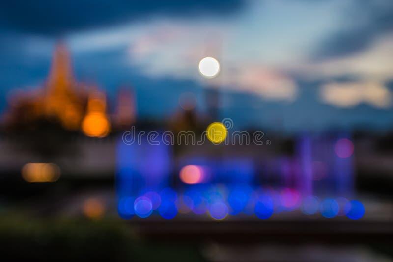 Vage abstracte lichten als achtergrond, mooie fonteinvoorzijde van koninklijke Thaise tempel stock foto