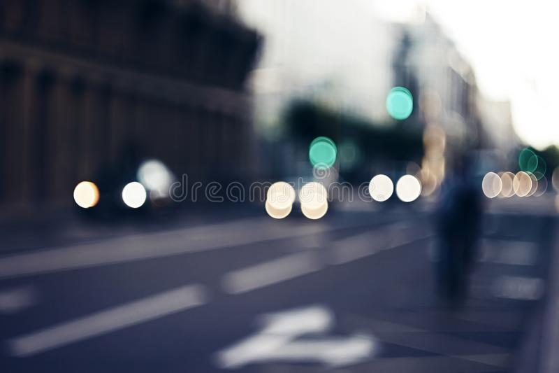 Vage achtergrond die de avondstraten met de beweging van auto's afschilderen stock afbeelding
