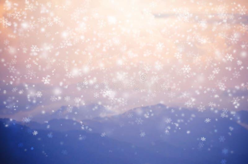Vage achtergrond die van sneeuw op blauwe berg vallen royalty-vrije stock afbeeldingen