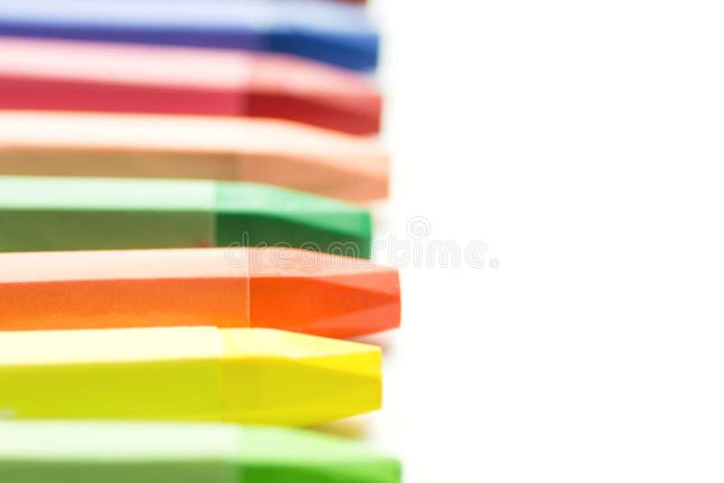 Vage Achtergrond met Rij van de Kleurrijke Multicolored Kleurpotloden van de Pastelkleurwas op Wit Terug naar de Tekening van de  royalty-vrije stock afbeelding