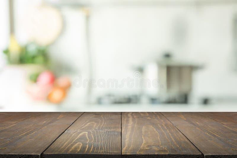 Vage achtergrond Moderne keuken met tafelblad en ruimte voor u royalty-vrije stock foto