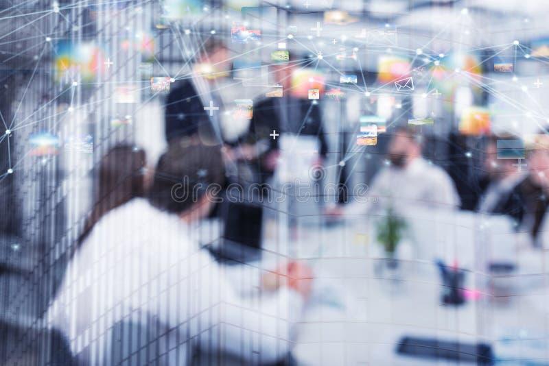 Vage achtergrond van bedrijfsmensen met Internet-netwerkeffect stock foto's