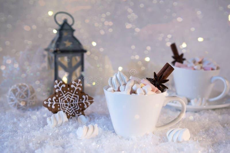 Vage achtergrond van van de wintervorst en Kerstmis de drank van het chocoladekruid met koekjes in koppen stock afbeelding