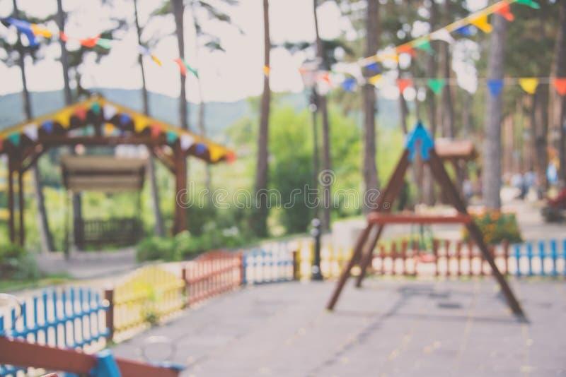 Vage achtergrond van kinderenspeelplaats met gehangen over partijbanners stock foto's