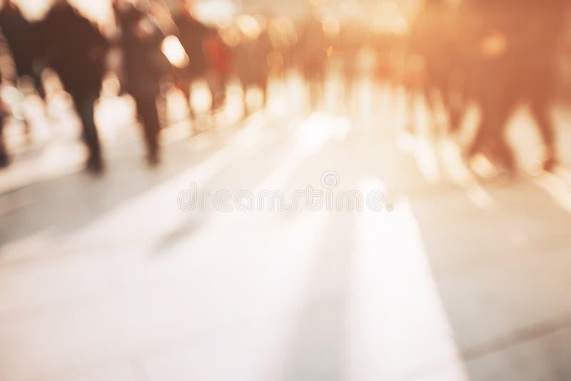 Vage achtergrond van onherkenbare personen stock foto