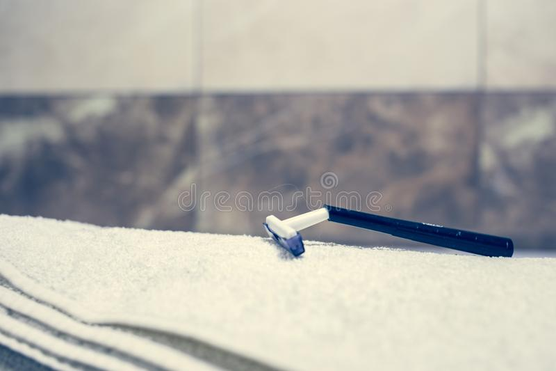 Vage badkamers binnenlandse achtergrond en witte kuuroordhanddoeken op Marmeren Tandenborstelscheermes royalty-vrije stock foto