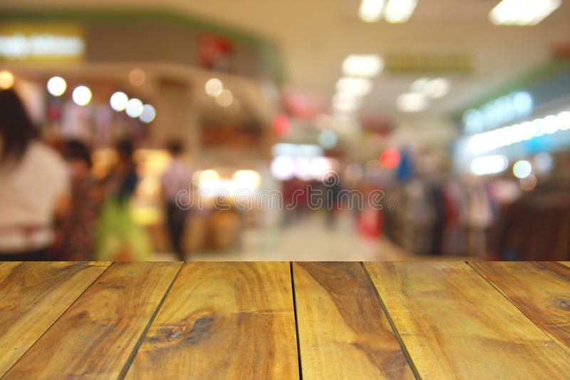 Vage beeld houten lijst en abstracte generische supermarktmensen stock foto