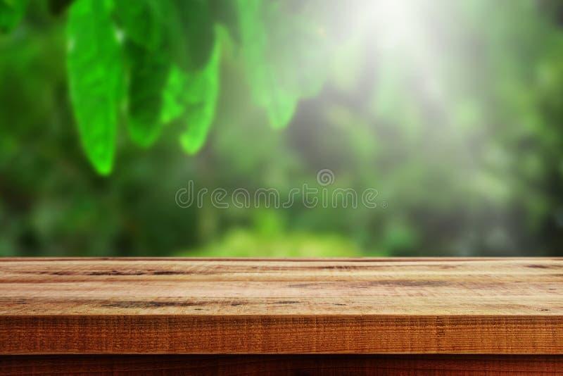 Vage bosaardachtergrond en houten lijst royalty-vrije stock foto