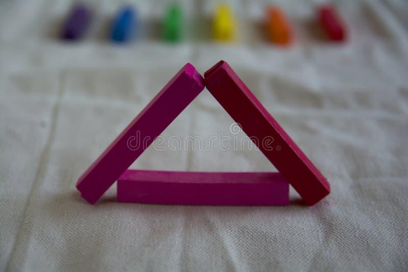 Vage foto voor een achtergrond met een roze driehoek van artistieke pastelkleurstokken en regenboogvlekken LGBT-symbool royalty-vrije stock foto's