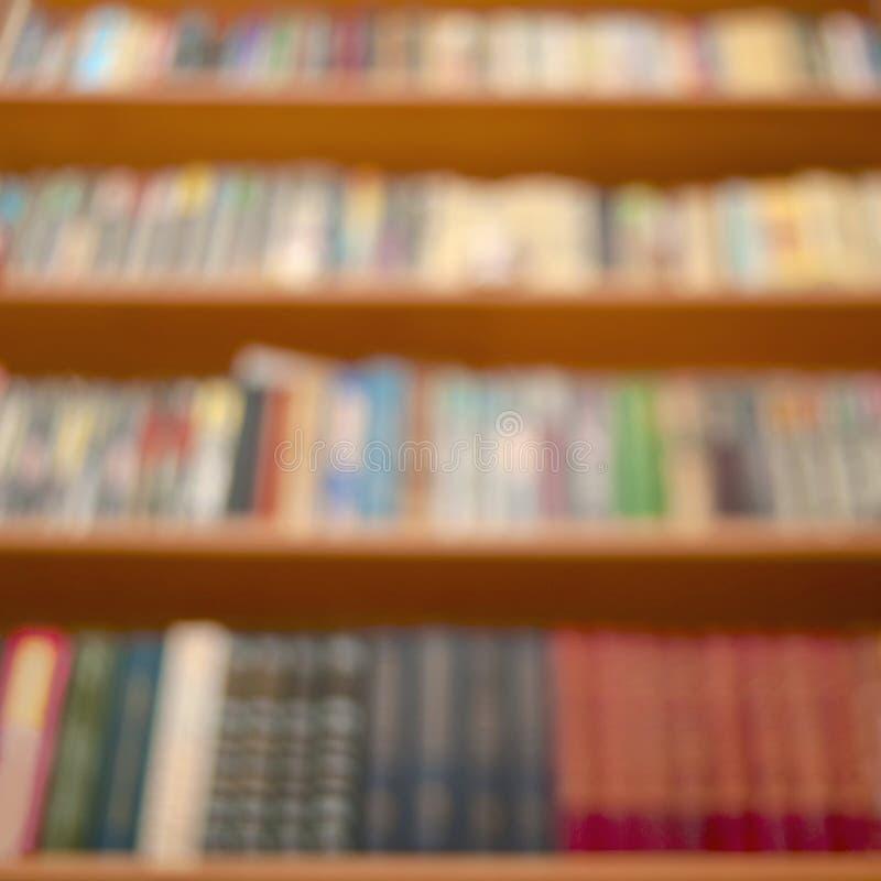 Vage Houten Boekenrekken met Diverse Boeken van Colorfull Hardcover Leren, die Achtergrondpatroon bestuderen stock afbeeldingen