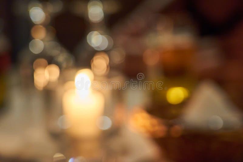 Vage kaarsen op een lijst bokeh achtergrond royalty-vrije stock foto's