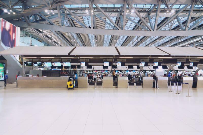 Vage luchthavencontrole in bureau tegenpoort met de weging van bagageriem stock afbeeldingen