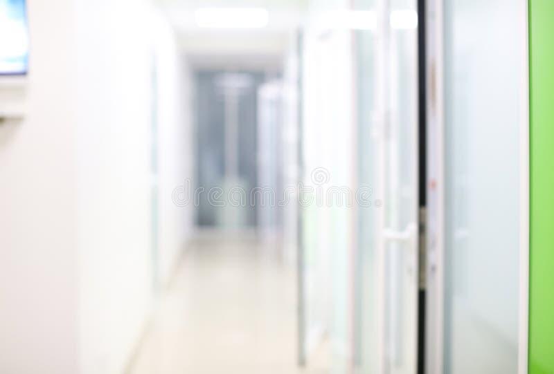 Vage mening van gang in het moderne ziekenhuis royalty-vrije stock foto's