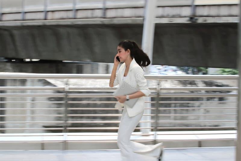 Vage motie van jonge Aziatische bedrijfsvrouw in formele slijtage die aan het werk in bureau lopen royalty-vrije stock foto's