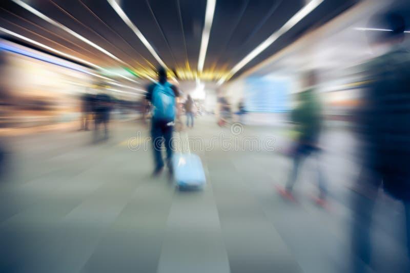 Vage niet geïdentificeerde vele mensenreiziger bij luchthaventerminal voor achtergrond royalty-vrije stock fotografie